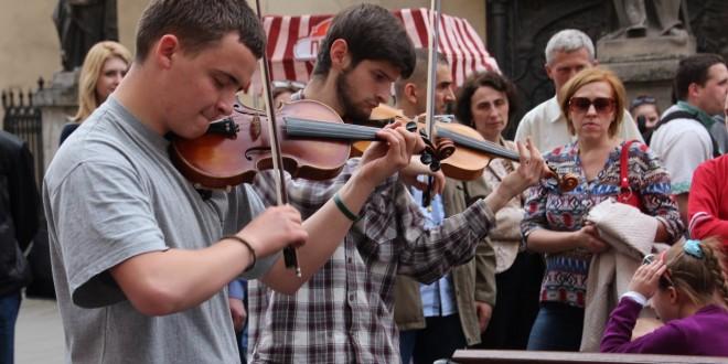 Мелодії Львова у розмові з вуличними музиками